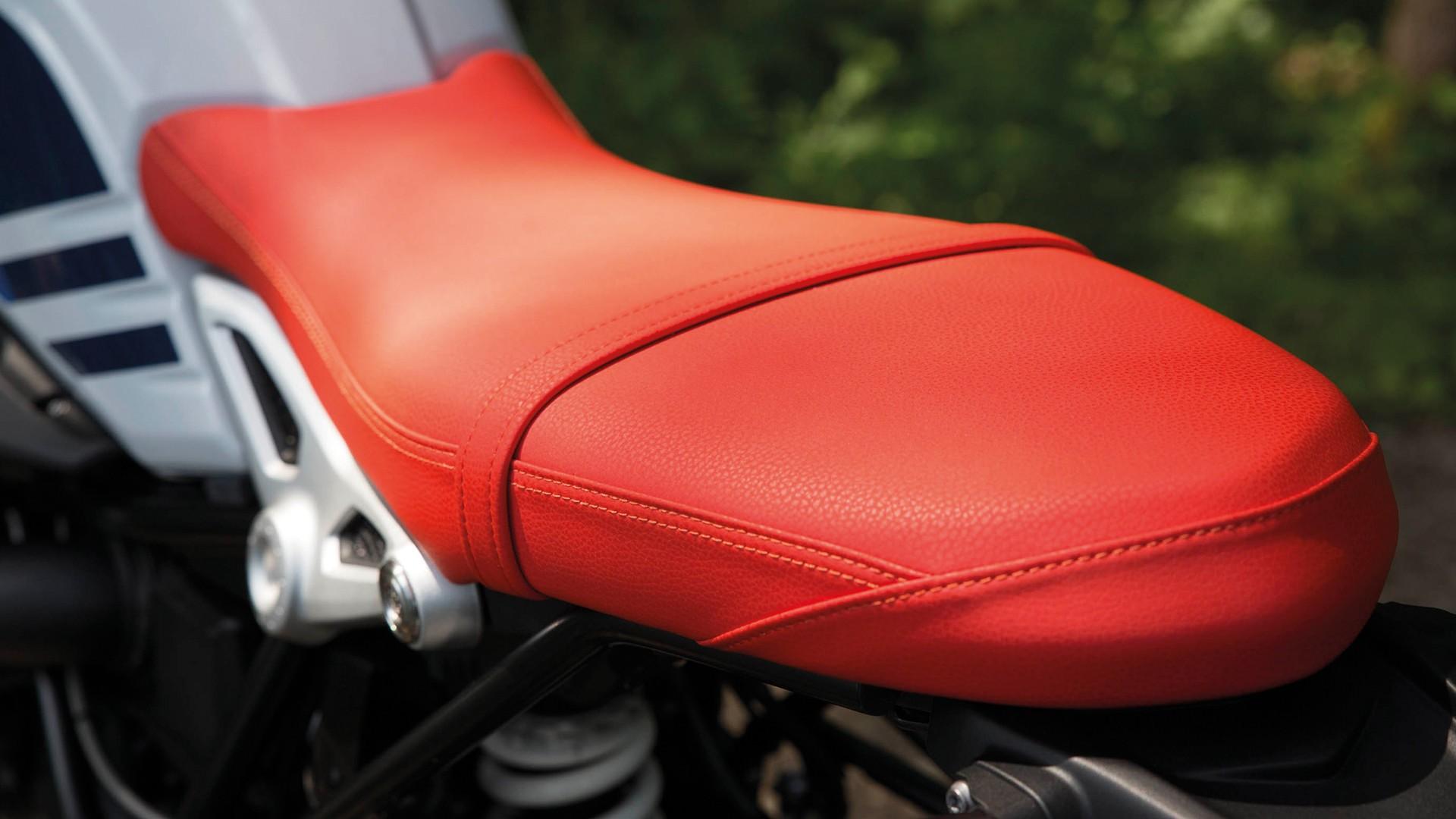 Красное сиденье.