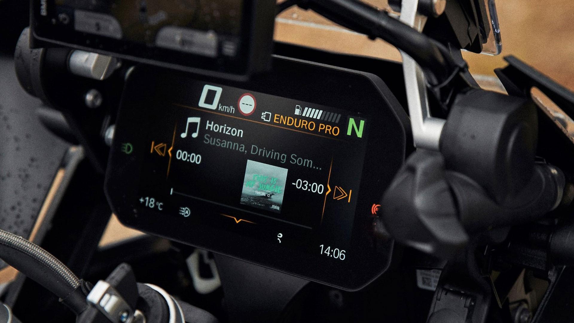 Приборная панель Connectivity с цветным дисплеем высокого разрешения.